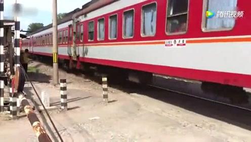承德开往石家庄的火车 DF4B牵引K7744次通过南华市场道口