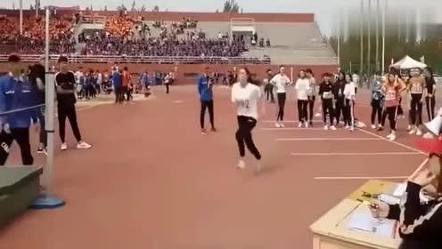 大学女生跳高,穿紧身裤来的妹子,你是认真来比赛的吗?