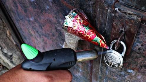对着金属锁点燃烟花,结果会怎么样?网友:真不是塑料做的吗