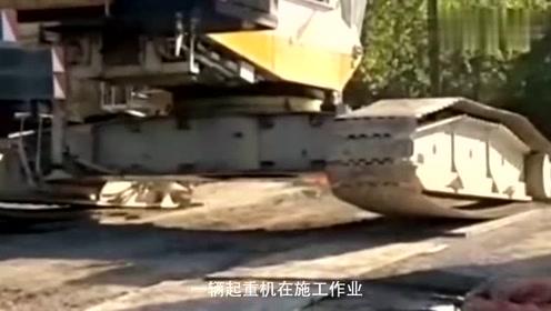 悲剧价值几千万的吊车就这么成了废品,施工现场突然翻车