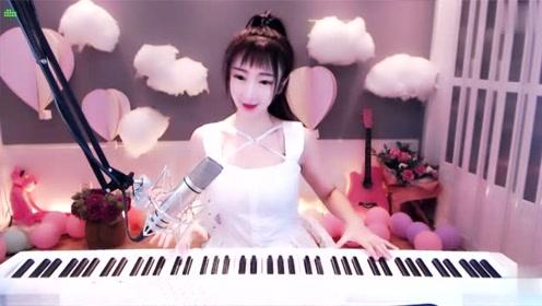 魅力网红美女弹奏钢琴曲,动作优雅非常动听