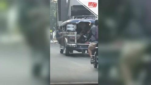 男子扒在车窗伸拳暴揍车内乘客:替我朋友老婆打的!