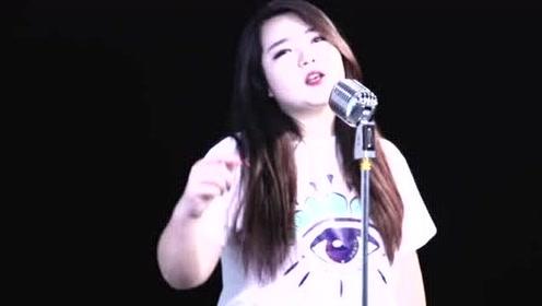 这首《人在旅途》被宋小宝和岳云鹏唱火,小姐姐也来翻唱,烟嗓魅力!