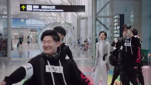 亲爱的!热爱的:吴白跟艾情并肩行走!还挺般配的么!