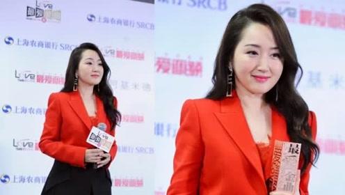 杨钰莹红装浅笑气色明艳气质佳 与粉丝牵手合影亲和满分