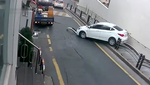女司机首次开自动挡汽车,结果倒着走!