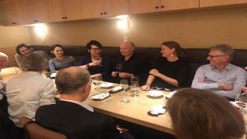 郎朗携妻子与友人共进晚餐 吉娜面带微笑优雅端庄