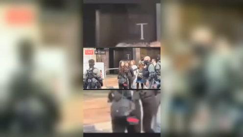 在香港理工闹事的暴徒被捕后被警方带走