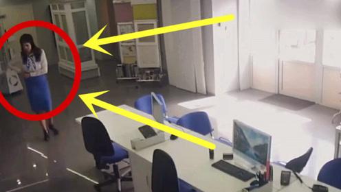 女秘书走进会议室,总感觉她哪里不对劲,监控拍下恶心20秒!