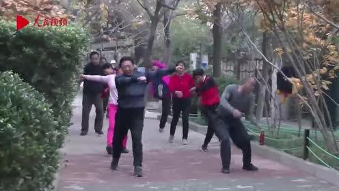 公园里大爷大妈又解锁健身新花样  组团倒立唱歌引围观
