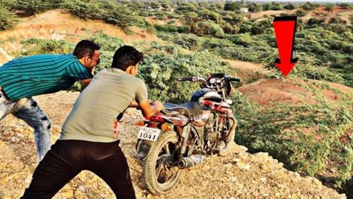 将摩托车从山顶上推下去,有什么后果?眼见为实