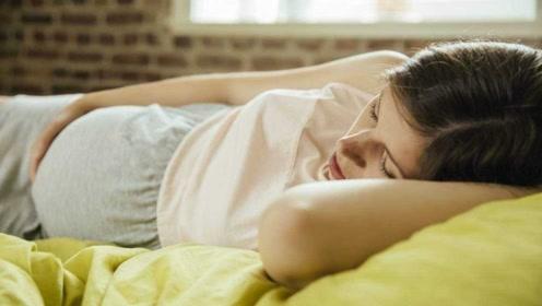 """怀孕期间,准妈妈睡觉时翻身会""""弄醒""""胎宝吗?答案其实挺可爱的"""