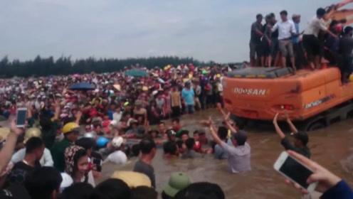 """海边出现""""超级猛兽"""",惊动了数百人,连挖掘机都出动了"""