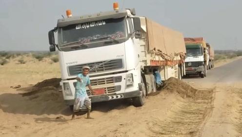 失望,沃尔沃半挂车被困沙地,依靠人工,啥时候才能脱困?