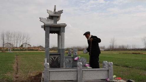 老伴去世11个月,大爷每天去坟前陪伴,也帮做饭:她在我心里