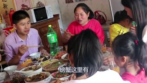 胖妹上表姐家蹭饭吃,一桌子的硬菜胖妹真不客气,一堆的骨头都啃光了