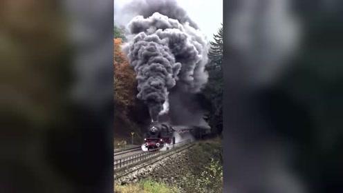 这火车的冒烟筒,对环境危害也太大了!