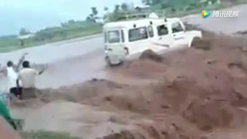 发洪水还敢开车过河!直接被卷入河底