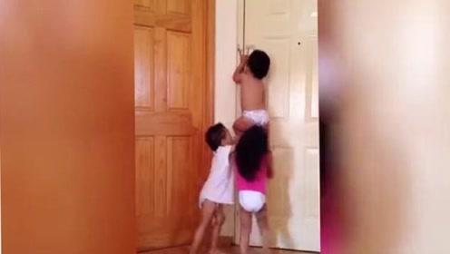 爸妈出门留3姐弟在家里,不料监控拍下这一幕,老妈都笑惨了