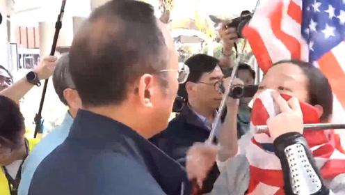 现场!蒙面男手持美国国旗 当众拦住港理工大副校长 对其大吼大叫