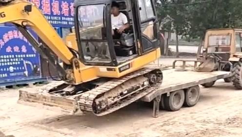 挖掘机师傅上板车最快纪录,这操作没几个人能做到,一看就是蓝翔毕业的