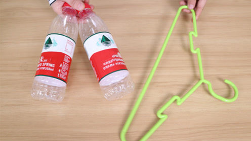衣架上粘2个塑料瓶真厉害,用途花钱都难买,全家人抢着用