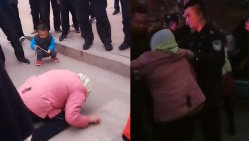 广饶某小学门口一妇女抢孩子被抓后跪地求饶,警方:系精神异常