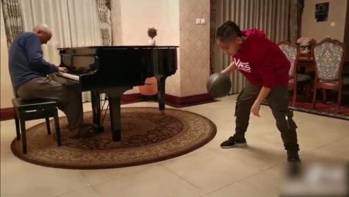 腾格尔父子豪宅弹琴打球欢乐混搭 8岁儿子酷似林书豪