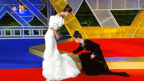 第32届金鸡奖红毯现场,倪妮为刘诗诗调整裙摆漂亮姐姐感情好!