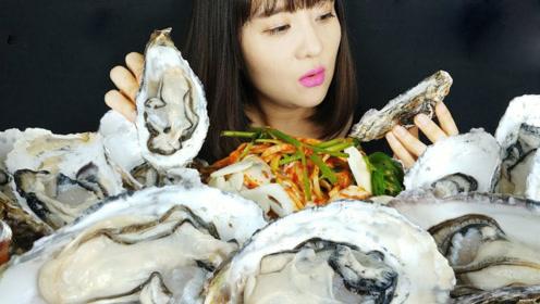 冬季是吃生蚝的好季节,肉质相当肥美,小姐姐生吃很过瘾!