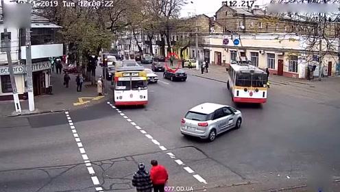 公交车急转弯把58岁女子甩出 身体多处受伤
