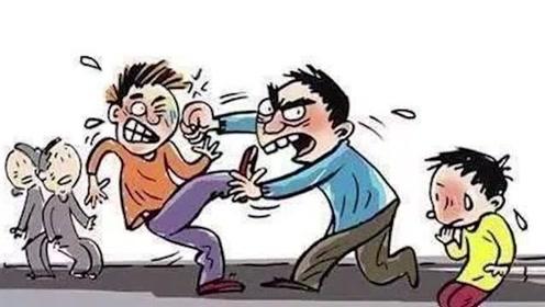 两男子酒桌上吹牛,不料越吹越上头,监控拍下可怕全过程!