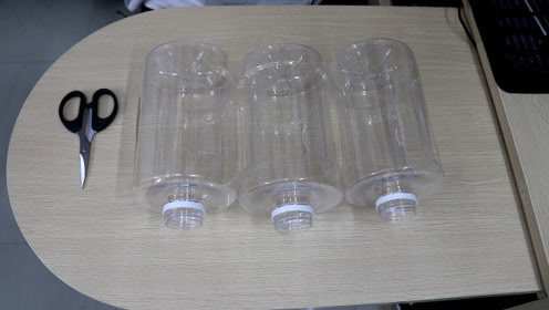 """3个圆形塑料瓶,做一个""""可站可立""""的收纳筒,简单实用"""