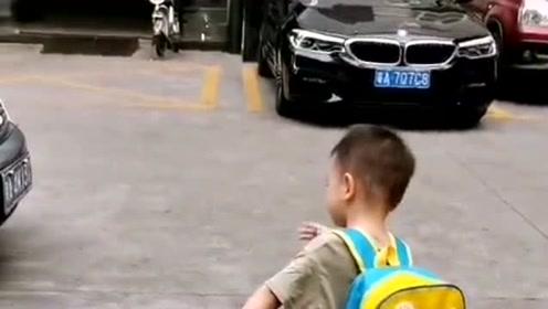 宝宝刚学的的新技能,转头就给爸爸用上了,全程指挥爸爸倒车!