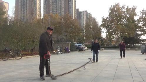 服!73岁大爷轻松拉动240斤大铁鞭打响,年轻人当场服输!