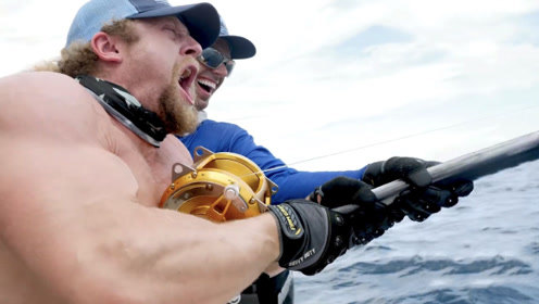 肌肉壮汉PK巨型鱼!猛男在海边钓鱼,险些被大鱼拽下海