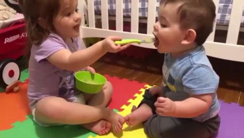 小姐姐喂弟弟吃饭,弟弟吃完自己还要舔一舔勺子尝尝味,太可爱了