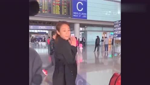 机场偶遇网红小姐姐,离开了美颜,真实颜值是这样的!