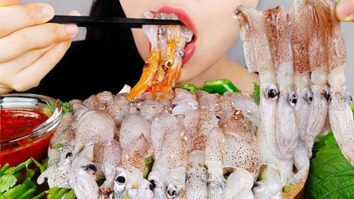 韩国美女吃生鱿鱼,吃得太过瘾了,看得我直流口水
