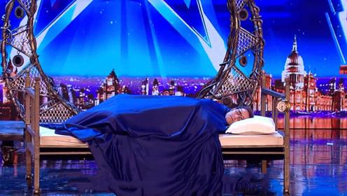 美国达人秀,小伙登上舞台就开始睡觉,下一秒评委惊叫出声!