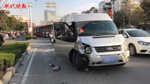 轿车被撞180度,随后又撞向路边车
