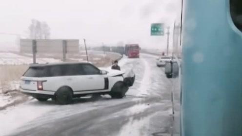 雪天路虎注意安全,路虎一哥都被撞了,扎心啊!