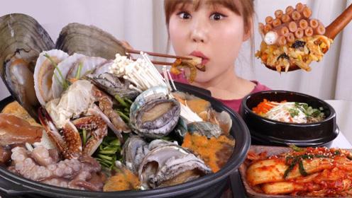一锅丰盛的海鲜大餐,各种海鲜应有尽有,搭配韩国拌饭太诱人食欲了