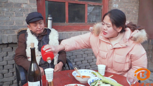 搞笑视频:老公和媳妇喝酒抬杠,结果自己醉了媳妇都没醉