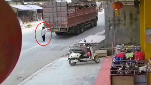 孕妇背对货车站立 遭撞倒后碾压身亡