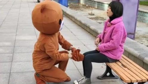 网红熊真的是太嘚瑟了,竟然去捉弄小姐姐,这下自己也倒霉了吧