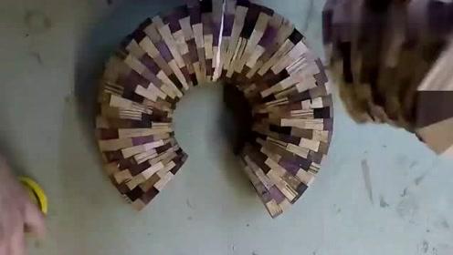 小伙把小木块粘成一个圆环,再拿到车床加工后,成品让人惊艳了!