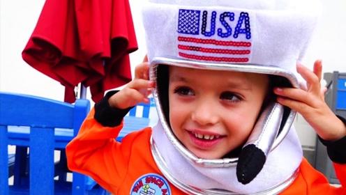 男孩梦想成为宇航员,妈妈为了教导孩子,带他们参观航天馆!