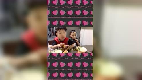 相差两岁的兄弟俩,饭桌上又掰扯起来了,下一幕,弟弟的表情亮了