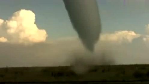 实拍龙卷风形成过程!就像巨型锥子钉向大地,场面十分壮观!